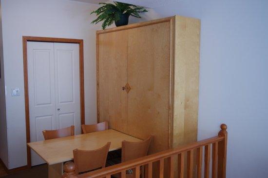 Alpenglow Lodge : Queen Murphy Bed Studio and Dining Area