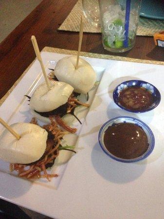 The Beach House: Increíbles hamburguesas de cerdo a baja temperatura y pera marinada con salsa hoising!