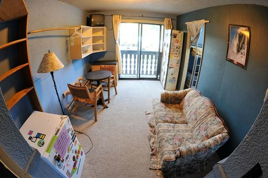 Southside Lodge: Four person dorm room with common area