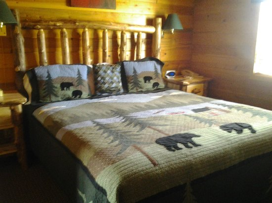 Bryce Canyon Country Cabins: The bed tastefully decorated