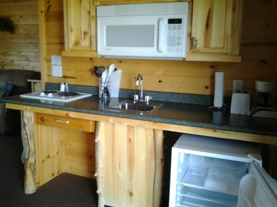 Bryce Canyon Country Cabins: Kitchen and dining area