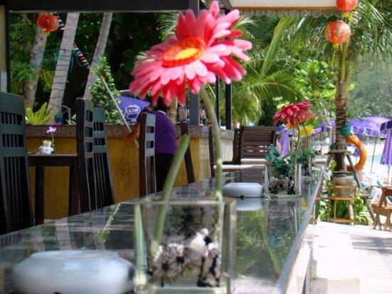Tri Trang Beach Resort: барная стойка ресторана отеля выходит на пляж