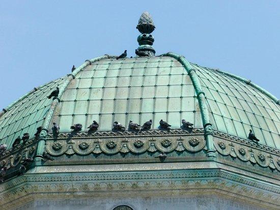 Deutscher Brunnen / Kaiser-Wilhelm-Brunnen: Birds on  the Roof of the German Fountain