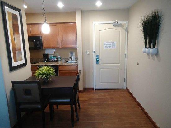 Homewood Suites by Hilton Cedar Rapids North: Cozinha no Quarto