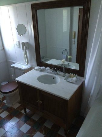 Pestana Palace Lisboa Hotel & National Monument: Bathroom of the wing room