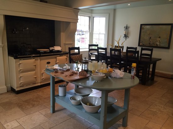 The Pebble Bed & Breakfast: Beautiful kitchen - now we want an AGA!