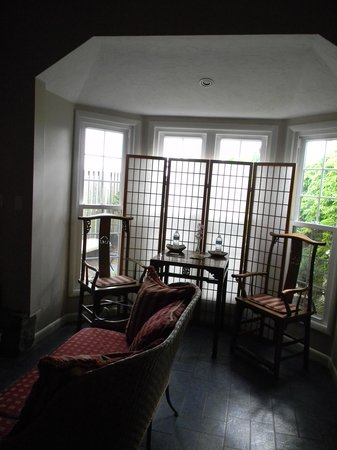 Nesselrod Bed and Breakfast: Bay window in the Oriental Lily room.