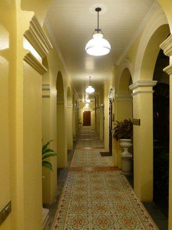 Praya Palazzo: Walkway to rooms, dining room, gardens and pool