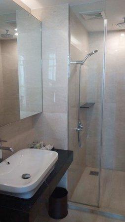 Hatten Hotel Melaka : Washroom & shower