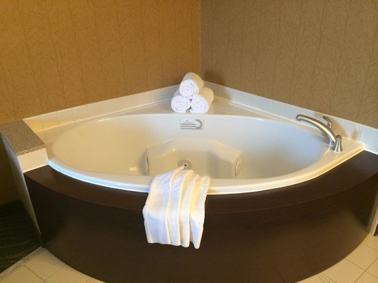 SpringHill Suites by Marriott Annapolis: Nice size and very clean jacuzzi tub!!!! Fabulous!!!