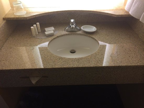 SpringHill Suites Annapolis: Arrived to a shiny, clean bathroom!!