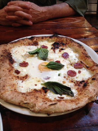 Il Lazzarone: Ouvo (egg) pizza