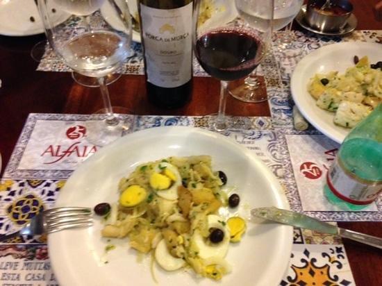 Alfaia : bacalhau Gomes de Sá, que serviu três pessoas, e um vinho português a um preço justo.