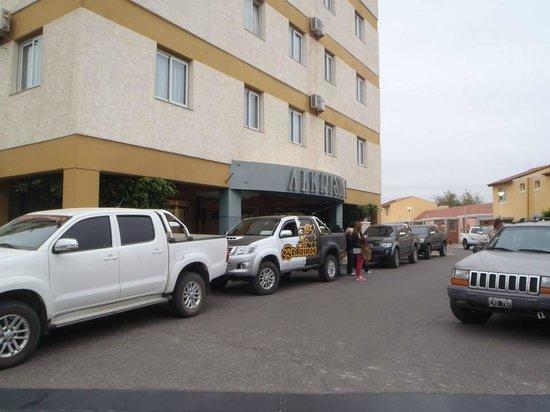 Alkristal Hotel-Apart: frente del hotel con los amigos de la travesia
