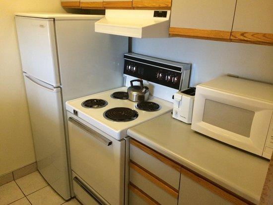 Cartier Place Suite Hotel : old but functional stove, decent fridge