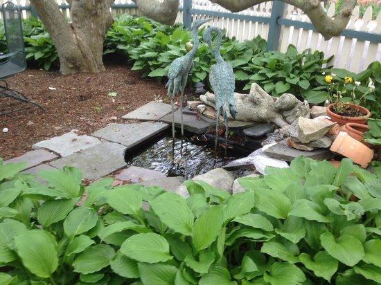 Artful Lodger Inn: Fountain in Parking area