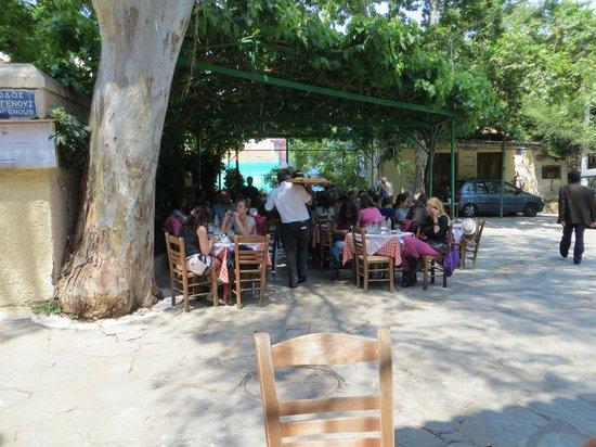Taverna Platanos : Outdoor seating area