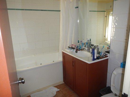 The Rarotongan Beach Resort & Spa : Bathroon in Beachside Suite
