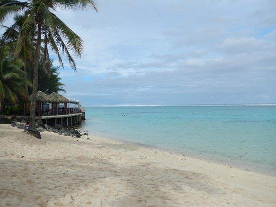 The Rarotongan Beach Resort & Spa : A beach view looking East