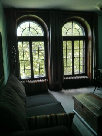 Frontenac Club Inn: Main living room in Miller Room