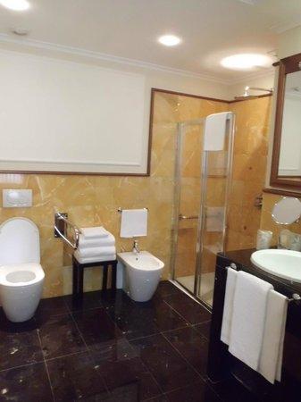 Hotel Manzoni: Spacious bathroom