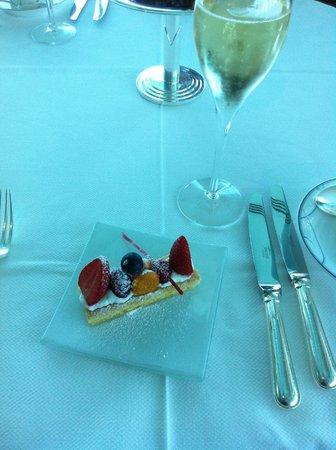 Skyview Bar : Berry tart