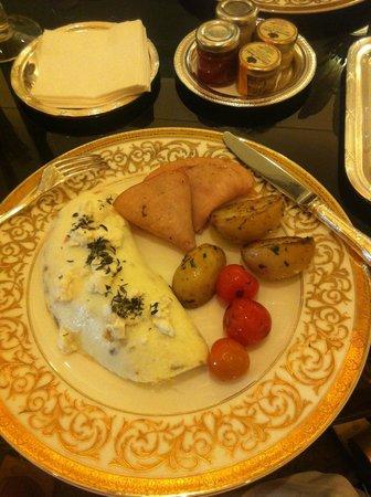 Le Cafe: Egg white omelette, turkey ham and potatoes