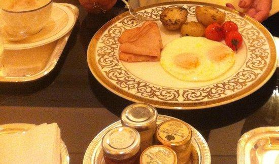 Le Cafe: Eggs, turkey ham and potatoes