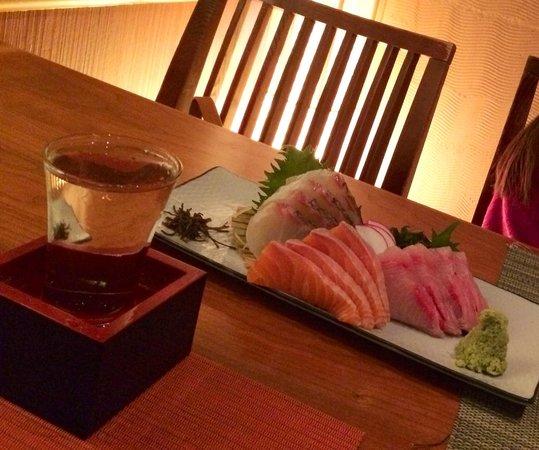 Aburiya Kinnosuke: Sashimi platter + sake (Tedorigawa)