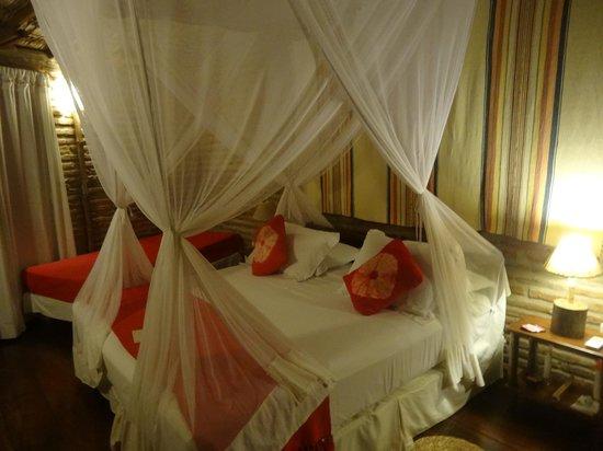 Vila Kalango : cama de casal com dossel