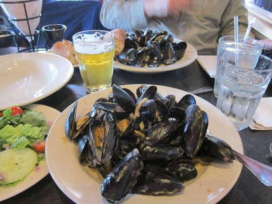 The Merry Monk: Mussels two ways -- with garlic/white wine and bacon/cheese