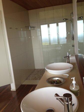 Seaview Farm Retreat : generous bathroom