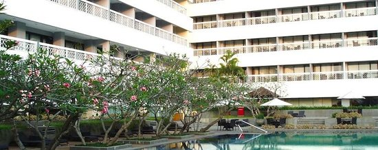 Royal Ambarrukmo Yogyakarta : A view of the hotel from the pool