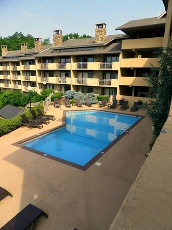 The Highlands Condominium: Beautiful pool.