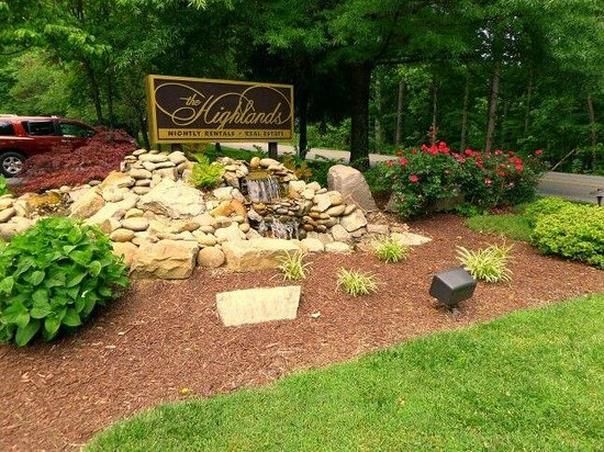 The Highlands Condominium: Beautiful landscaping