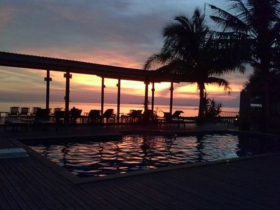 Nakara Long Beach Resort, Koh Lanta : sunset by the pool