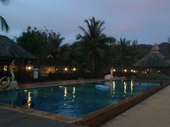 Nakara Long Beach Resort, Koh Lanta : evening view of the pool