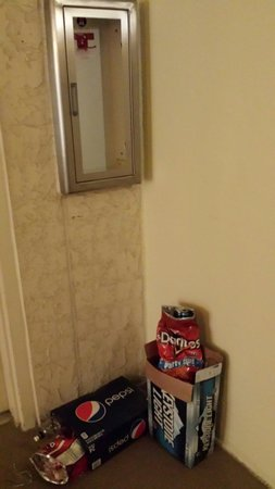 Shores of Panama Resort : More trash in hallway which is left for days