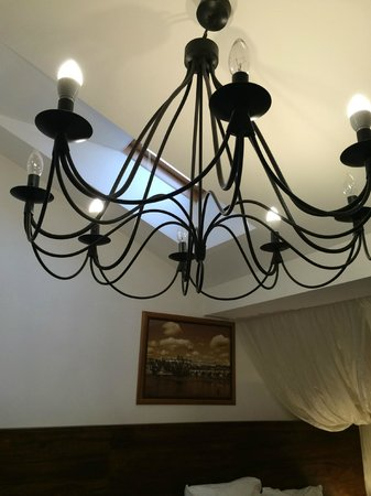 Hotel Residence Agnes: The beautiful light fixture in Room 407