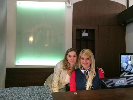 Hotel Residence Agnes: Natalie and Magdalena at the front desk