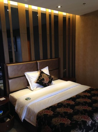 Shengshi Qianhe Hotel : Nice looking bed with hard mattress