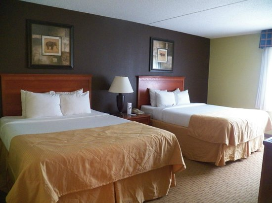 Clarion Hotel Lexington Conference Center North : Double Bed Room of a Three Room Suite
