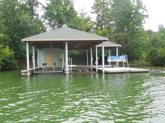 Smith Mountain Lake : dock and lot located in The Cape Subd.