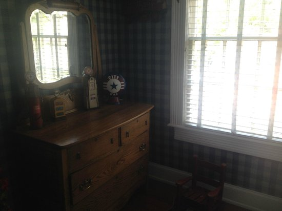 Fairview Inn Bed & Breakfast : Dresser