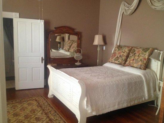 Fairview Inn Bed & Breakfast: The Suite - bedroom