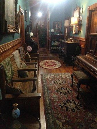 Fairview Inn Bed & Breakfast: Hallway from front door