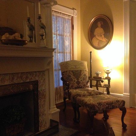 Fairview Inn Bed & Breakfast: Parlor