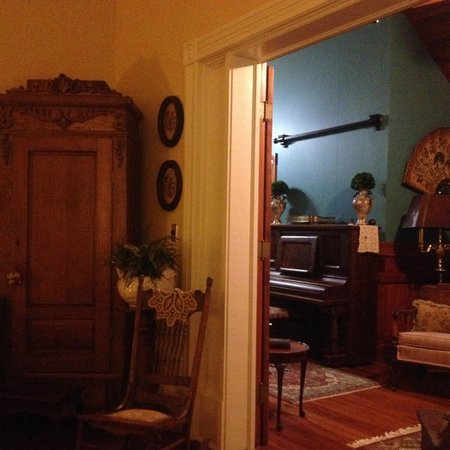 Fairview Inn Bed & Breakfast: Parlor looking into front hall - restoration is amazing