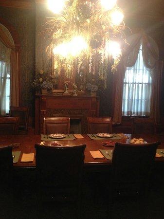 Fairview Inn Bed & Breakfast : Dining Room - Set for Breakfast