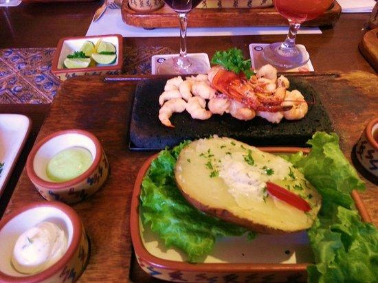 Zig Zag Restaurant: Camarones a la piedra volcánica con papa rosada